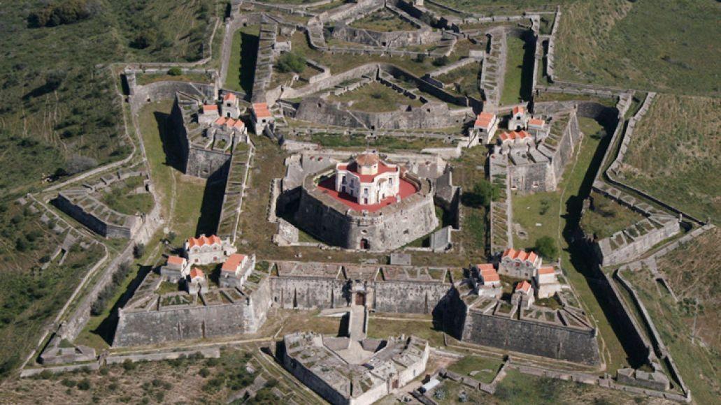 Wolf-in-white-van-star-fort-trace-italian-history-Fort-Bourtange-The-Star-Castle-Netherlands-01